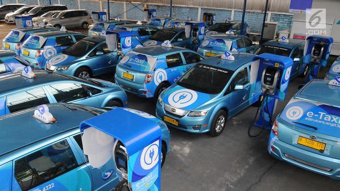 Sejumlah taksi mobil listrik parkir terlihat di pool Blue Bird, Jakarta, Selasa (23/4). Jumlah taksi mobil listrik Blue Bird akan terus meningkat hingga menjadi 200 unit pada 2020, dan mencapai 2 ribu unit pada 2025. (Liputan6.com/Angga Yuniar)
