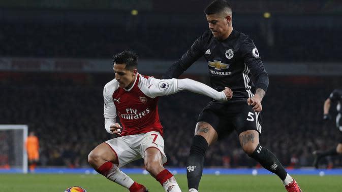 Bek Manchester United (MU) Marcos Rojo menjaga Alexis Sanchez ketika masih membela Arsenal. (AFP/Adrian Dennis)