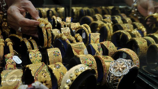 Pedagang memperlihatkan perhiasan emas di sebuah toko Kawasan Cikini, Jakarta. (Liputan6.com/Johan Tallo)