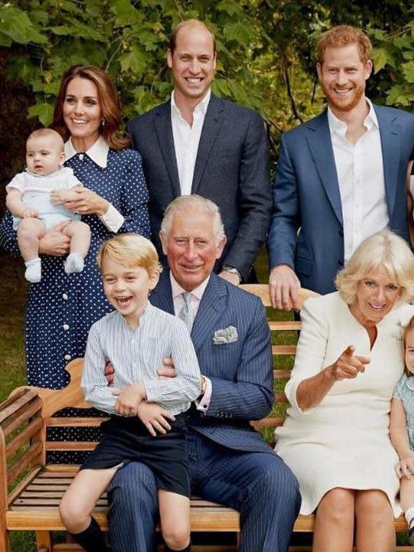 Di foto keluarga saat Prince Charles ulang tahun ke-70, Meghan Markle kenakan dress dari Givenchy. (Foto: instagram.com/kensingtonroyal)