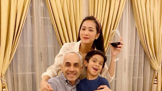 Bunga Zainal bersama suami dan anak (Instagram/bungazainal05)