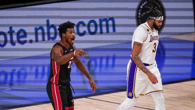 Pebasket Miami Heat, Jimmy Butler dan pebasket Los Angeles Lakers, Anthony Davis, pada laga Gim ketiga Final NBA, Senin (5/10/2020). Miami Heat menang dengan skor 115-104. (AP Photo/Mark J. Terrill)