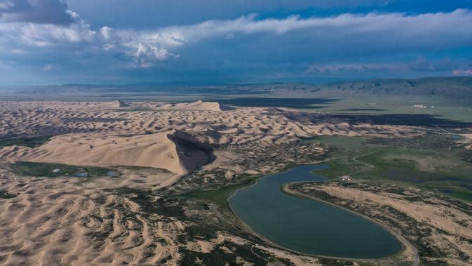 Foto dari udara yang diabadikan pada 28 Juli 2020 ini menunjukkan bagian dari pemandangan Danau Qinghai di Provinsi Qinghai, China barat laut. (Xinhua/Zhang Hongxiang)