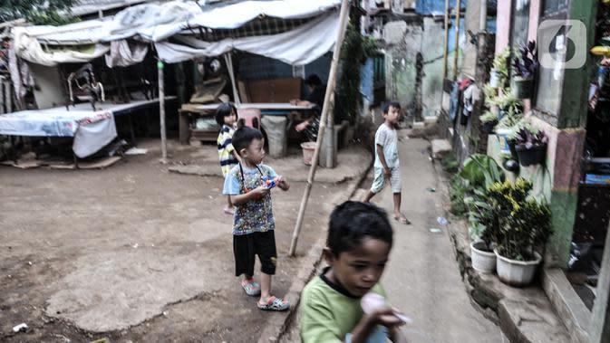 Anak-anak saat bermain di permukiman RW 07 Rawajati, Kecamatan Pancoran, Jakarta, Selasa (22/9/2020). (merdeka.com/Iqbal S. Nugroho)