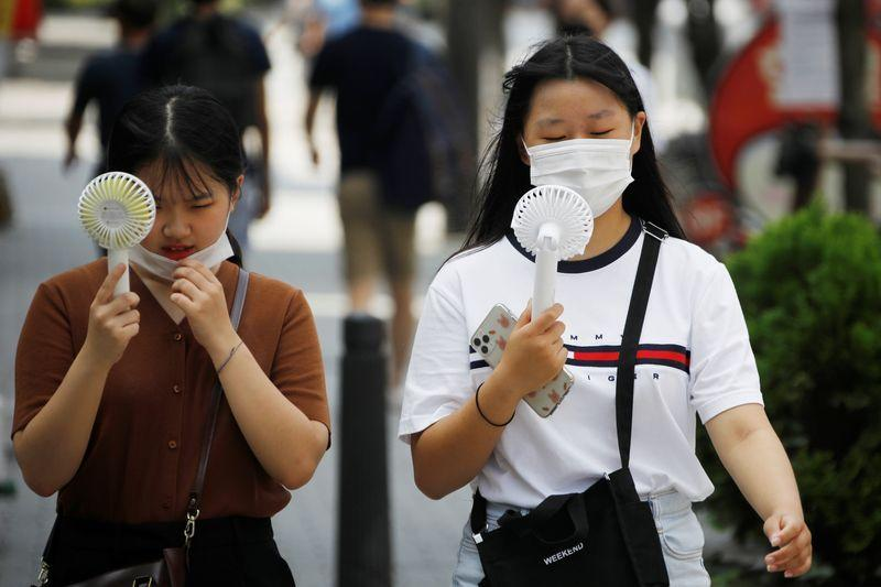 Seoul mewajibkan penggunaan masker saat Korsel berjuang mengatasi lonjakan infeksi corona