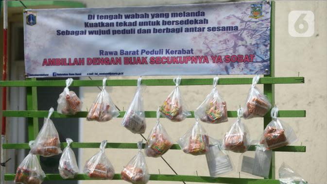 Deretan sembako digantung di rak kayu sisi jalan di kawasan Rawa Barat, Jakarta Selatan, Kamis (14/5/2020). Selama masa pandemi COVID-19, pihak kelurahan dan masjid sekitar menyediakan paket berisi mi instan, telur, dan masker untuk warga yang membutuhan. (merdeka.com/Imam Buhori)