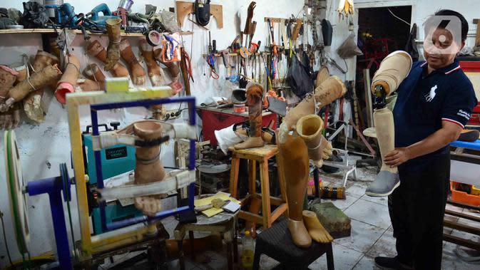 Perajin membuat kaki dan tangan palsu di Kawasan Tangerang, Kamis (2/7/2020). Menko Bidang Perekonomian Airlangga Hartarto mengatakan kebijakan pemerintah untuk memudahkan syarat pengajuan Kredit Usaha Rakyat (KUR) akan berdampak positif pada ekonomi di masa new normal. (Liputan6.com/Angga Yuniar)
