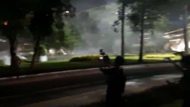 Polisi Pukul Mundur Massa Demonstran di Kolong Jembatan Semanggi