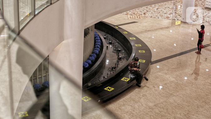 Tanda pembatas jaga jarak yang telah dipasang di area Senayan City, Jakarta, Selasa (9/6/2020). Senayan City siap menyambut pengunjung kembali pada 15 Juni 2020 dengan menerapkan berbagai protokol pencegahan COVID-19 seperti pengecekan suhu tubuh sensor tanpa sentuh untuk lift. (Liputan6.com/Johan T
