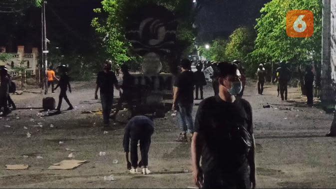 Demo penolakan UU Cipta Kerja berujung bentrok di Makassar (Liputan6.com/Fauzan)