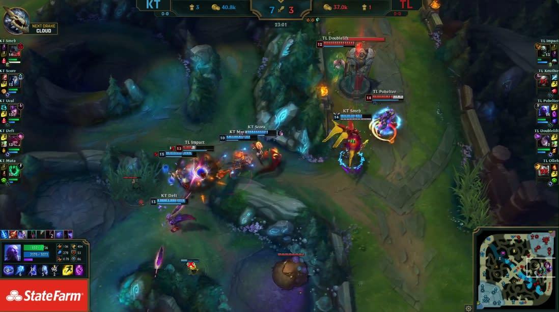 TL強吃小龍,反被KT追上擊殺3名隊員。