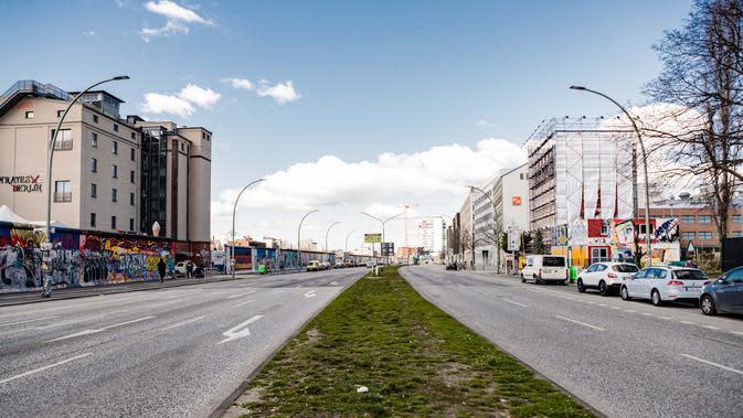 Jalanan yang kosong di Berlin, ibu kota Jerman (22/3/2020). Demi menahan laju penyebaran coronavirus baru (COVID-19), Jerman melarang pertemuan publik lebih dari dua orang, menurut langkah terbaru negara tersebut yang diumumkan pada Minggu (22/3). (Xinhua/Binh Truong)