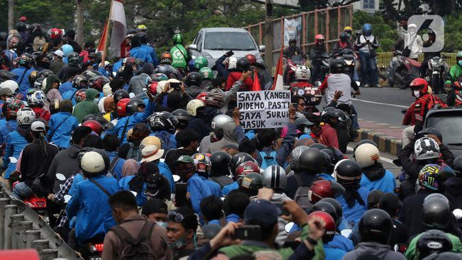 Mahasiswa konvoi menggunakan sepeda motor menuju Gedung DPR/MPR, Jakarta, Kamis (8/10/2020). Mahasiswa ini rencananya akan menggelar aksi menolak UU Cipta Kerja. (Liputan6.com/Johan Tallo)