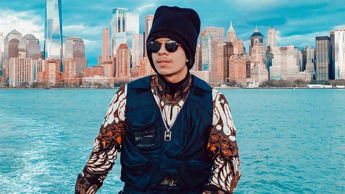 Ini dia salah satu penampilan Atta yang juga jadi sorotan. Pasalnya, ia pun turut memamerkan budaya Indonesia yaitu batik pada jaket yang ia kenakan.(Liputan6.com/IG/@attahalilintar)