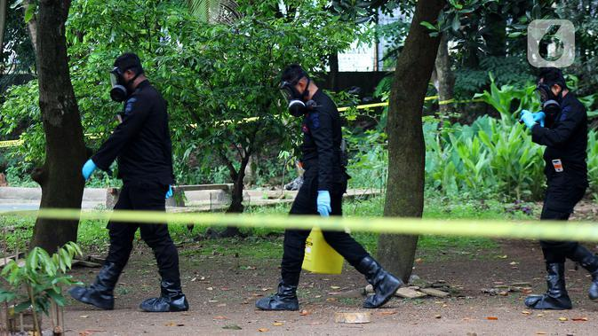 Tim Kimia Biologi dan Radioaktif (KBR) Gegana Polri seusai mengambil sampel tanah yang terpapar radioaktif di Perumahan Batan Indah, Tangerang Selatan, Sabtu (15/2/2020). Sebuah area tanah kosong di Perumahan Batan Indah, terpapar radioaktif jenis Cesium-137. (merdeka.com/Magang/Muhammad Fayyadh)