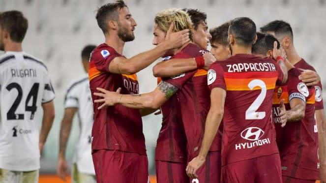 Pemain AS Roma rayakan gol ke gawang Juventus.