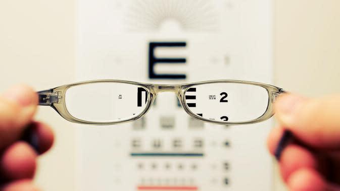 Ilustrasi kacamata (Photo by David Travis on Unsplash)