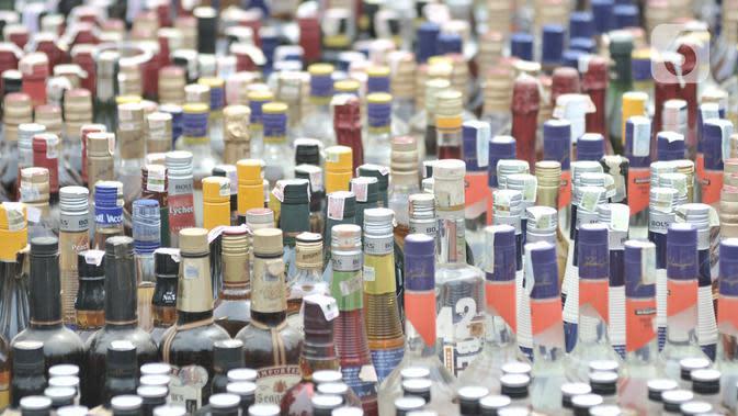 Simpan Ribuan Botol Miras, Sebuah Restoran di Cengkareng Disegel Petugas