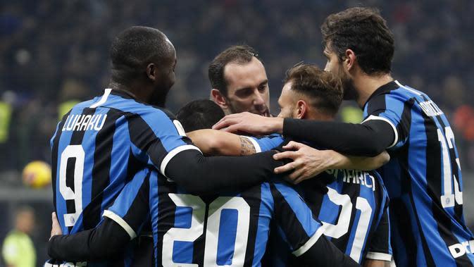 Pemain Inter Milan Borja Valero (kedua kiri) merayakan dengan rekan satu timnya setelah mencetak gol ke gawang Cagliari pada pertandingan Coppa Italia di Stadion San Siro, Milan, Italia, Selasa (14/1/2020). Inter Milan menang 4-1 dengan dua gol disumbang Romelu Lukaku.(AP Photo/Antonio Calanni)
