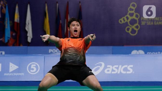 Ganda putra Indonesia, Wahyu Nayaka, merayakan gelar juara cabang bulutangkis SEA Games 2019 di Multinlupa Sport Center, Manila, Rabu (4/12/2019). Indonesia mengunci medali emas usai mengalahkan Malaysia 3-1. (Bola.com/M Iqbal Ichsan)
