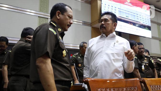 Jaksa Agung ST Burhanuddin (kanan) saat menghadiri rapat kerja dengan Komisi III DPR di Kompleks Parlemen, Jakarta, Kamis (16/1/2020). Dalam rapat ini ST Burhanuddin menjelaskan perkembangan kasus dugaan korupsi PT Asuransi Jiwasraya (Persero) kepada Komisi III DPR. (Liputan6.com/Johan Tallo)