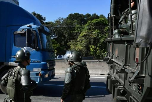 Soldiers take part in an operation to clear highway Regis Bittencourt, 30 km from Sao Paulo, on May 30, 2018 as a truckers' strike against rising fuel costs