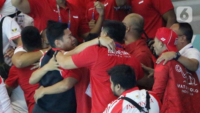 Ketua Komite Olimpiade Indonesia, Raja Sapta Oktohari, bersama tim polo air putra Indonesia merayakan keberhasilan meraih medali emas pada SEA Games 2019 di Aquatic Center, Clark, Filipina, Jumat (29/11/2019). Indonesia berhasil meraih emas perdana dari cabang polo air. (Bola.com/M Iqbal Ichsan)