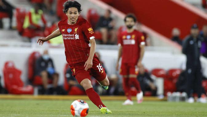 Gelandang Liverpool, Takumi Minamino, menggiring bola saat melawan Crystal Palace pada laga Premier League di Stadion Anfield, Rabu (24/6/2020). Liverpool menang dengan skor 4-0. (AP/Phil Noble)
