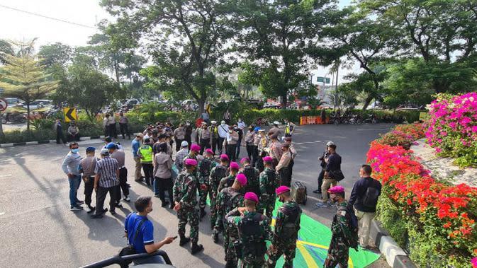 Sebanyak 4.263 personel gabungan dari TNI dan Polri siap menghadang 3.000 demonstran di Surabaya, Jawa Timur, Kamis, (8/10/2020). (Foto: Liputan6.com/Dian Kurniawan)