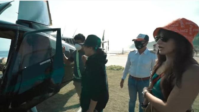 Ashanty yang mengaku takut banget, langsung naik ke dalam helikopter. Sedangkan Nia Ramadhani terlihat lebih santai. (Youtube/The Hermansyah A6)