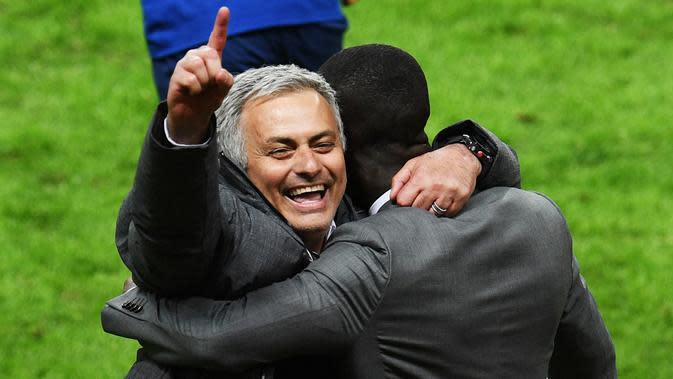 Pelatih Manchester United, Jose Mourinho, melakukan selebrasi usai menjuarai Piala Europa dengan mengalahkan Ajax Amsterdam pada final Liga Europa di Friends Arena, Stockholm, Rabu (24/05/2017). Manchester United menang 2-0. (EPA/Vassil Donev)