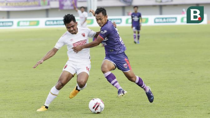 Bek PSM Makassar, Asnawi Bahar, mengawal penyerang Persita Tangerang, Samsul Arif, pada laga pekan kedua Shopee Liga 1 2020 di Stadion Sport Center, Tangerang, Jumat (6/3/2020). (Bola.com/M. Iqbal Icshan)