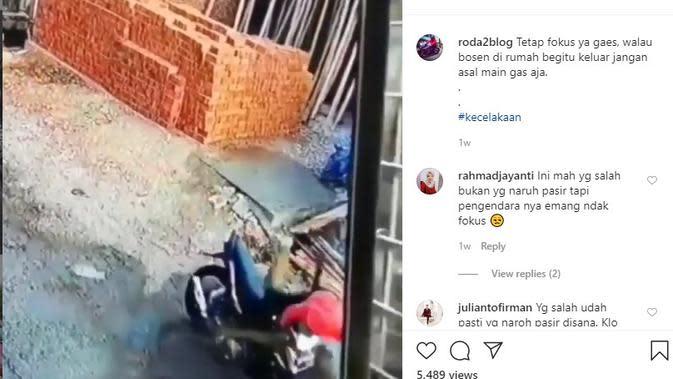 Pengendara Motor Hantam Gundukan Pasir, Warganet Malah Saling Menyalahkan