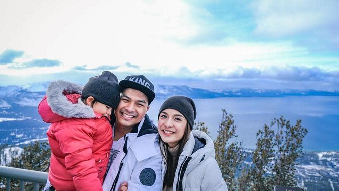 Tak hanya berdua, Chelsea dan Glenn juga mengajak anak semata wayangnya, Nastusha. Keluarga bahagia itu juga mengunjungi tempat populer di sana. Kali ini ketiganya menjelajahi keindahan danau Tahoe, Caliornia. (Liputan6.com/IG/@chelseaoliviaa)