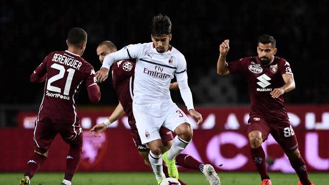 Gelandang AC Milan, Lucas Paqueta membawa bola dari kawalan tiga pemain Torino pada pertandingan Serie A Italia di stadion Grande Torino di Turin pada 28 April 2019. (AFP/Marco Bertorello)