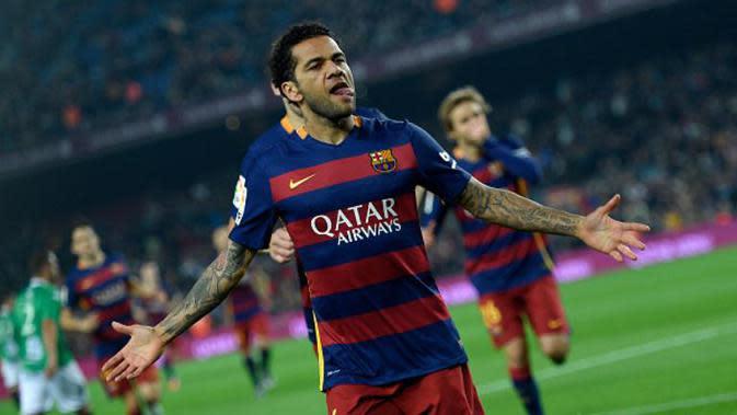 Bek Barcelona, Dani Alves, merayakan gol ke gawang Villanovense pada babak 32 besar Copa del Rey di Camp Nou, Barcelona, Kamis (3/12/2015) dini hari WIB. (AFP/Lluis Gene)