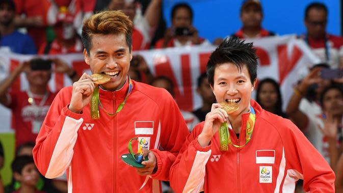 Ganda campuran Indonesia, Tontowi Ahmad/Liliyana Natsir, merebut medali emas Olimpiade Rio de Janeiro 2016 setelah mengalahkan pasangan Malaysia, Chan Peng Soon/Goh Liu Ying, pada partai final di Riocentrio, Rabu (17/8/2016) WIB. (AFP/Goh Chai Hin)