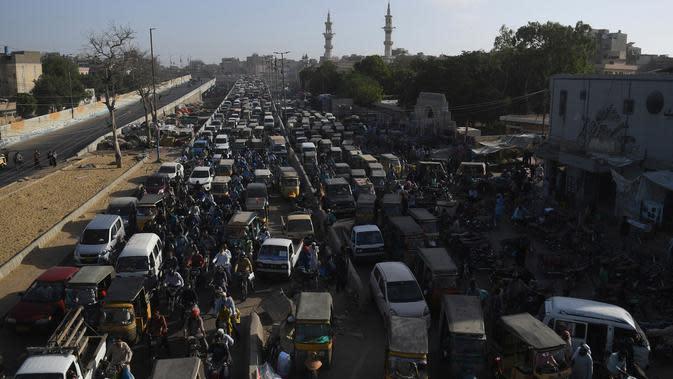Kemacetan lalu lintas di jalan setelah pemerintah melonggarkan penguncian nasional (lockdown) di Karachi, Senin (18/5/2020). Pelonggaran dilakukan kendati Pakistan mengalami kenaikan jumlah orang yang terinfeksi virus corona sejak lockdown diberlakukan. (Asif HASSAN/AFP)