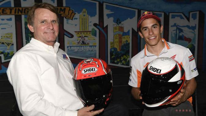 Pebalap Repsol Honda, Marc Marquez (kanan), bertukar helm dengan legenda MotoGP dan Yamaha, Wayne Rainey, jelang MotoGP Austin di Circuit of the Americas, Texas, AS, 20 April 2017. (GPOne)