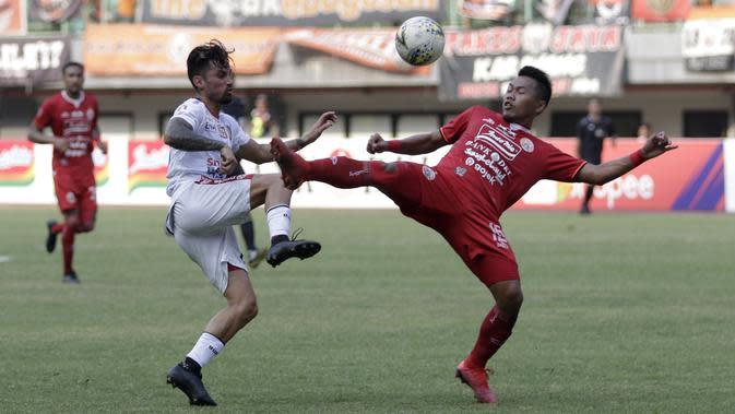 Penyerang Bali United, Stefano Lilipaly, berebut bola dengan bek Persija Jakarta, Tony Sucipto, pada laga Shopee Liga 1 di Stadion Patriot Chandrabhaga, Bekasi, Kamis (19/9). Bali United menang 1-0 atas Persija. (Bola.com/Yoppy Renato)