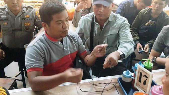 Aziz, pemilik warung bakso di Palembang menunjukkan alat e-tax yang dirusak adiknya di depan pejabat BPPD dan Satpol-PP Palembang (Liputan6.com / Nefri Inge)