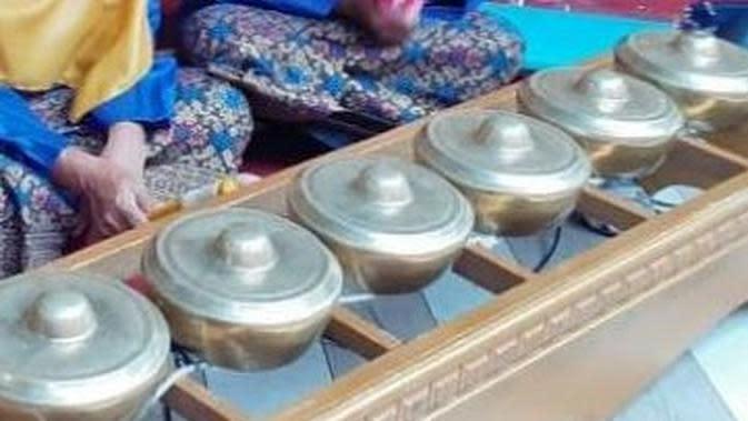 Talempong aguang merupakan seni musik yang dimainkan saat malam acara pernikahan. Alunannya menjadi musik penghibur bagi keluarga yang punya hajatan serta masyarakat sekitar. (Liputan6.com/ Dok Humas Agam)