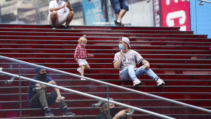 Pengunjung beristirahat di sebuah tangga berwarna merah di Times Square, New York, Amerika Serikat (AS) (19/8/2020). Total kasus COVID-19 di AS telah menembus angka 5,5 juta pada Rabu (19/8), menurut Center for Systems Science and Engineering (CSSE) di Universitas Johns Hopkins. (Xinhua/Wang Ying)