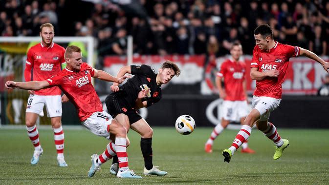 Gelandang AZ Alkmaar, Dani de Wit berusaha merebut bola yang dibawa gelandang Manchester United, Daniel James pada lanjutan pertandingangrup L Liga Europa di stadion ADO Den Haag, Belanda (3/10/2019). MU bermain imbang 0-0 atas AZ Alkmaar. (AFP Photo/John Thys)