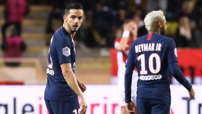 Gelandang PSG, Pablo Sarabia (kiri) berselebrasi usai mencetak gol ke gawang AS Monaco pada pertandingan lanjutan Liga Prancis di Stadion Louis II, Monaco (15/1/2020). PSG menang telak atas Monaco 4-1. (AFP Photo/Valery Hache)