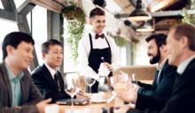 職場聚餐禮儀》上司、客戶水杯空了⋯該起身倒水嗎?這種情況下,先不要