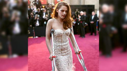 Kristen Stewart Hobbles to Oscars on Crutches