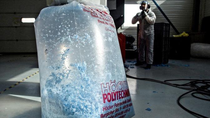 Mesin mendaur ulang pelindung wajah dan masker di perusahaan Plaxtil, Chatellerault, Prancis, 25 Agustus 2020. Startup di Prancis, Plaxtil, mendaur ulang masker dan plastik untuk dijadikan pelindung wajah, pembuka pintu, dan pengencang masker. (GUILLAUME SOUVANT/AFP)