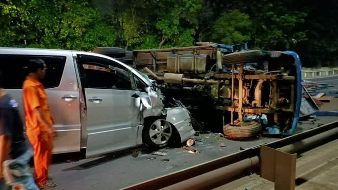 Kecelakaan Beruntun, Alphard Hantam Truk Terguling di Tol JORR