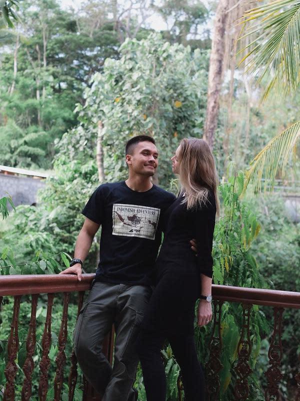 Potret bahgaia terpancar dalam foto yang dibagikan sambil memeluk sang istri. Seperti diketahui, pasangan ini menikah sejak 19 Januari 2019 lalu. (Instagram/randpunk)